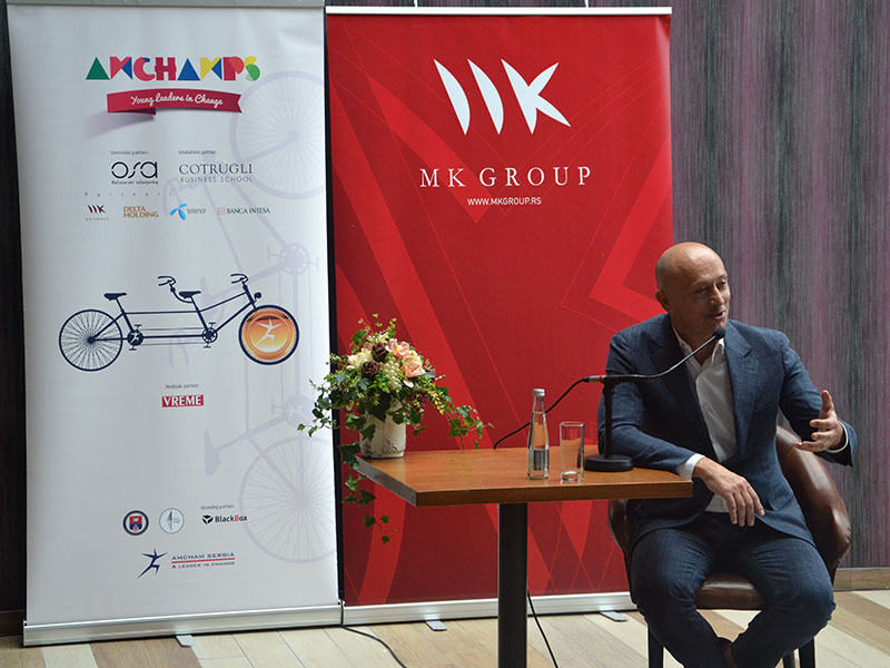 """Miodrag Kostić sa studentima programa """"Šampioni AmCham-a"""""""