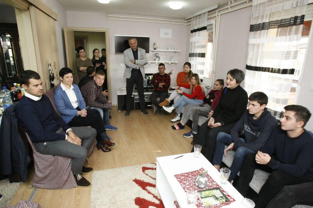 MK Group tradicionalno zagotovila novoletna darila za mlade iz SOS Otroške vasi